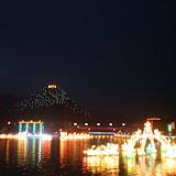 江上花灯,远处是山顶的寺庙