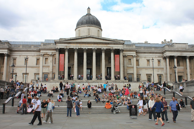 Schodiště u National Gallery na Trafalgar Square.