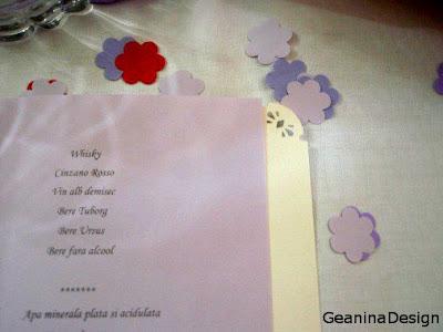 Meniurile de culoare mov si floricele mov, rosii pe mesele de la nunta cu tema orhideelor.