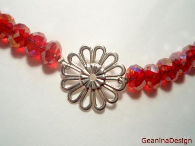 Detaliu colier din cristale Swarovski de culoare rosie transparenta.