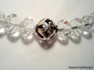 Detaliu bijuterie din cristale Swarovski cu detalii dantelate din argint.