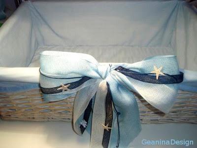 Cos pentru hainutele de botez pentru baietel cu stele de mare si panglici albastre