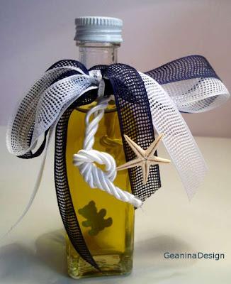 Sticla cu mir pentru botezul unui baietel cu fundite bleumerin si albe, dar si stele de mare.