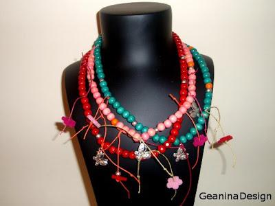 Colier din bile de lemn colorate si flori, dar si fluturi metalici, Geanina design.