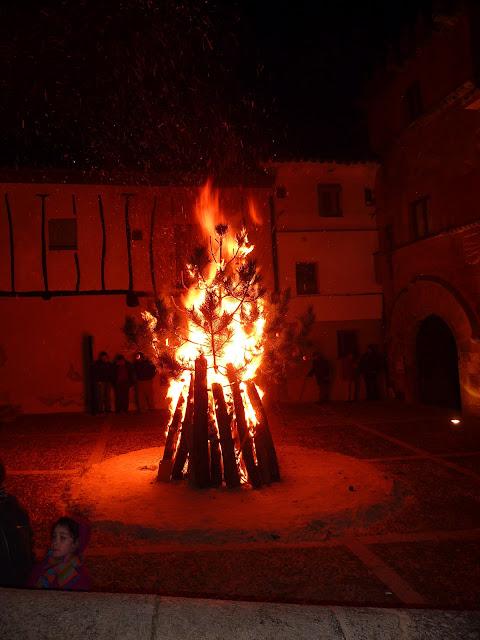 Una hoguera situada frente a la Casa del Doncel