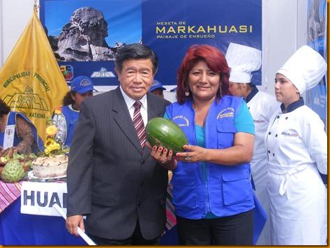 presidente nelson chui junto a la alcaldesa provincial de huarochirí mostrando una palta del distrito de Huanza