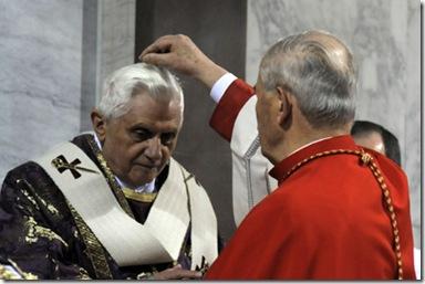 Imposiciòn de ceniza al Papa