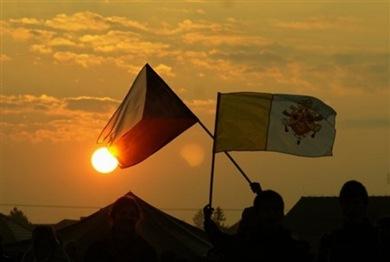 Fieles checos con las banderas checa y vaticana