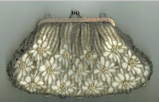 Bolsa de crochê com fios de cobre e detalhes em vitrilhos