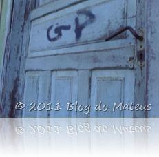 A porta da frente da casa, onde cediava uma sapataria.