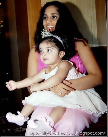 ajith-shalini-daughter-baby-anoushka-first-birthday-celebration-stills 04