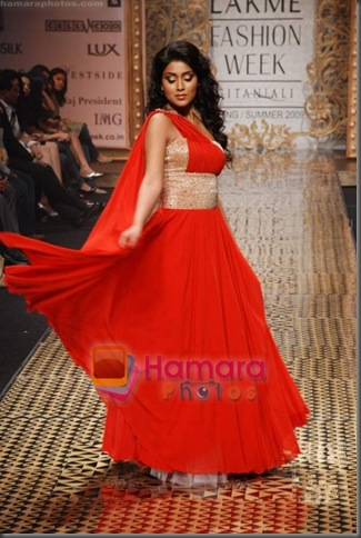 Shriya Saran walk the ramp for Vikram Phadnis Show at Lakme Fashion Week 2008 on 23rd October 2008 (4)