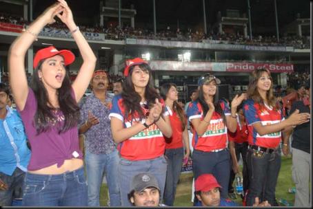 Shriya-Saran-cheers-at-Celebrity-Cricket-League-T20-2