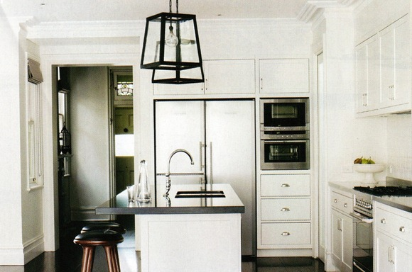 black-white-kitchen_justinehugh-jones_interiordesigner_via_bellemag_octnov2010