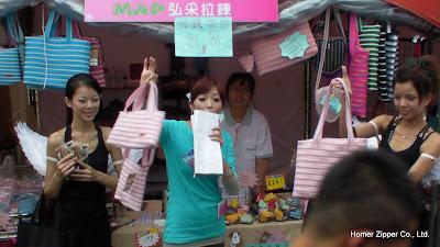主持人與SHOW GIRL也來推廣我們的拉鍊包
