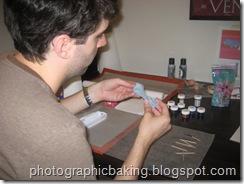 Coloring gum paste