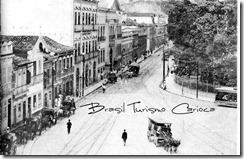 Passeio Público 1906 – Um bonde puxado por burros e muitos cabriolés estacionados (os taxis da época