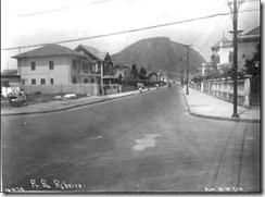 Rua Barata Ribeiro - 1928. Ao fundo o Morro do Cantagalo