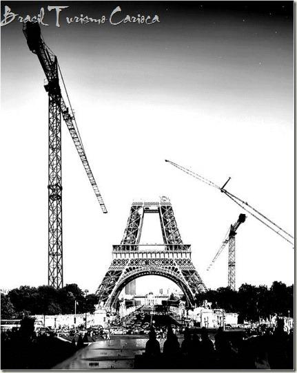 A estrutura da Torre Eiffel começou a construir-se em 1887 para servir de arco de entrada na Exposição Universal, uma feira mundial organizada para comemorar o centenário da Revolução Francesa.