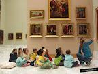 Foto de una sala del museo San Pío V con niños pequeños mirando los cuadros