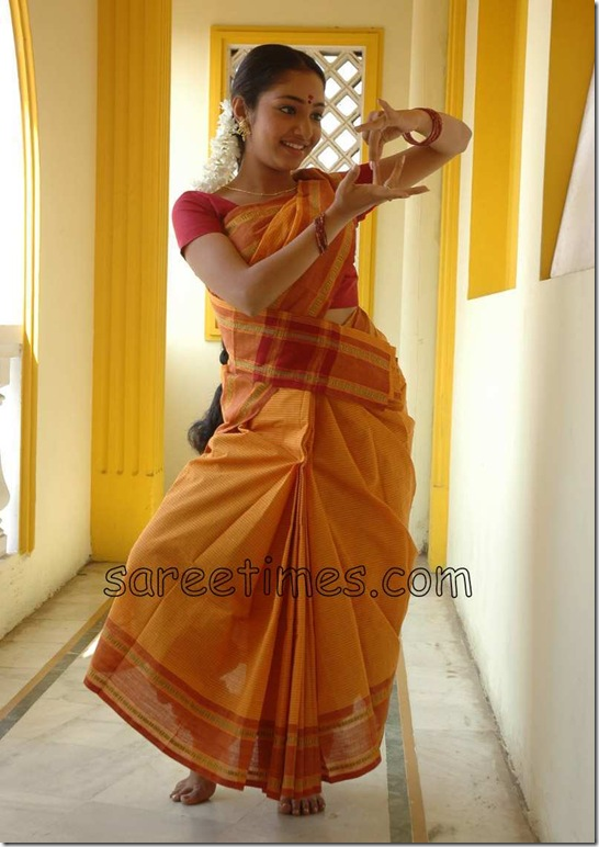 Maya-unni-in-orange-saree