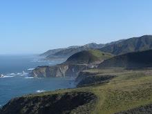 Die grünen Hänge am California Hwy 1