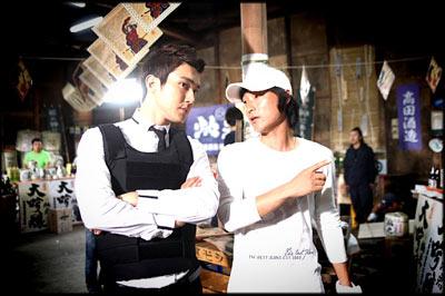 ภาพถ่ายของ Choi Siwon จากกองถ่ายละครเรื่อง 'Athena'
