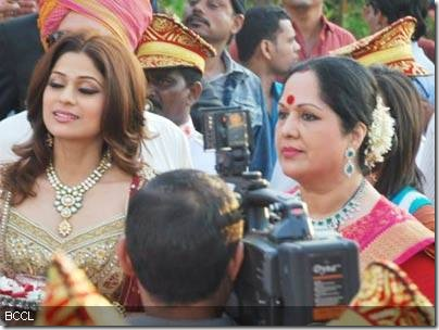 Shamita-Shetty-at-Shilpas-wedding6