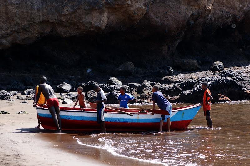 Meninos pescadores em Cabo Verde