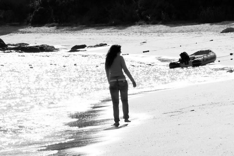 Mulher passeia na praia de Albarquel