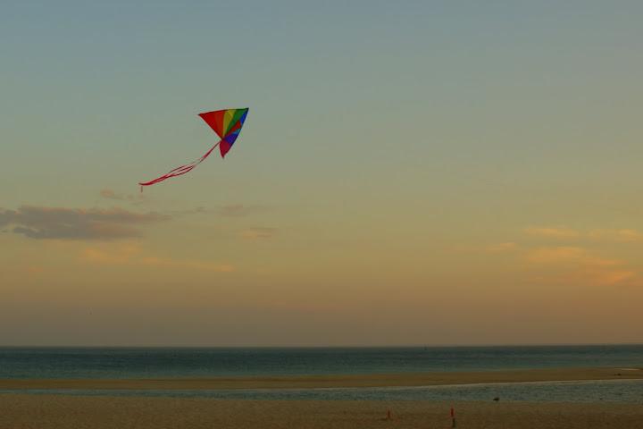 Voando papagaio na Praia da Figueirinha