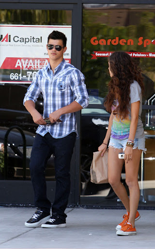 07-22-09 Los Angeles, CA  'Twilight' star Taylor Lautner and his sister get some delicious food from mexican restaurant Chipotle.  NON-EXCLUSIVE PIX by Flynet ©2009 818-307-4813  Nicolas