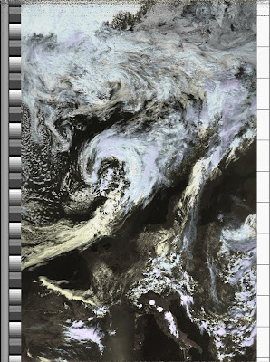 NOAA 18 northbound 59W at 04 Jul 2010 12:38:15 GMT on 137.10MHz, HVC enhancement, Normal projection, Channel A: 1 (visible), Channel B: 4 (thermal infrared)