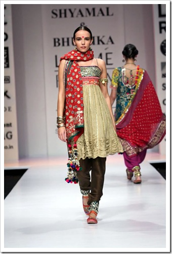 Tradutuibak bridal wear collection by shyamal and bhaumika in Lakme Fashion week 3