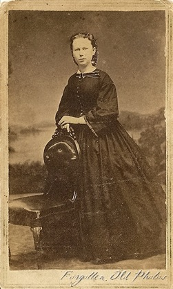 Lady in a big dress CdV Motley AS