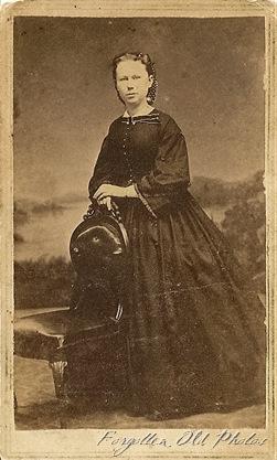 Lady in a big dress CdV Motley AS