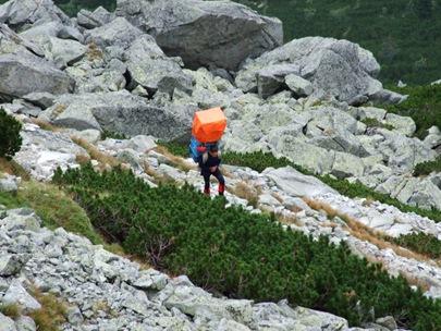 Sherpa auf dem weg zur chata pod rysmi