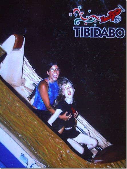 Sonia metiéndome mano en una atracción del parque del Tibidabo; 07/05