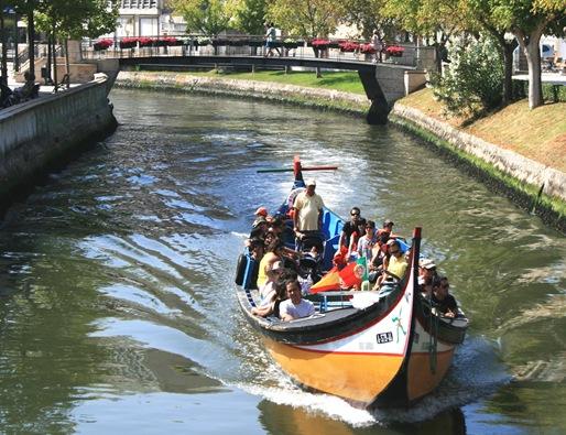 barco em primeiro plano no canal
