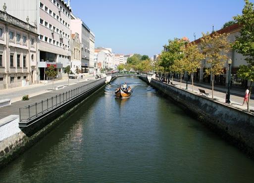 canal com barco 1