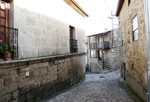 Alpedrinha - rua da aldeia e ao fundo casa rústica