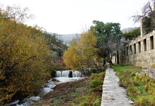 Castelo Novo - cachoeira na ribeira da Alpreada - lado direito antiga fabrica