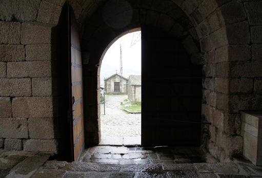 Belmonte - capela de santo antonio vista a partir da porta do castelo