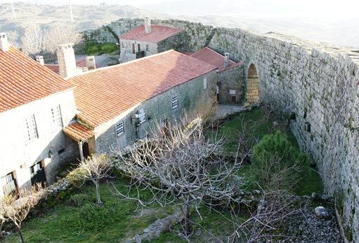 sortelha - a vila, a muralha e a porta nova