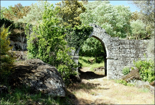 Glória Ishizaka - Vila do Touro - ruina do castelo - porta