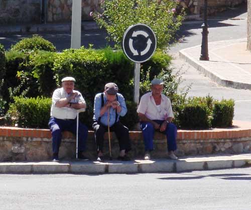 abuelos-en-rotonda.g920IrOHBHpy.jpg