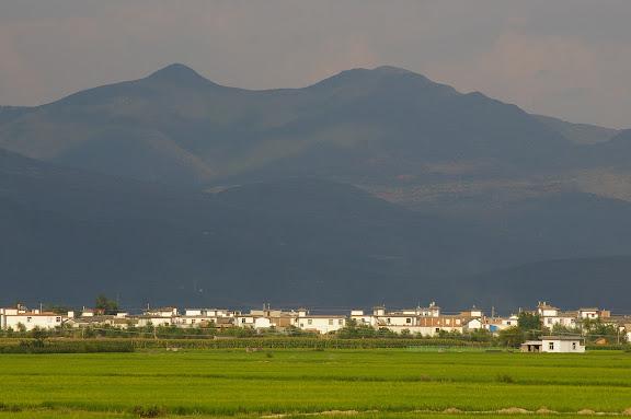 Xizhou et la chaîne du Cang Shan, 6 août 2010. Photo : J.-M. Gayman