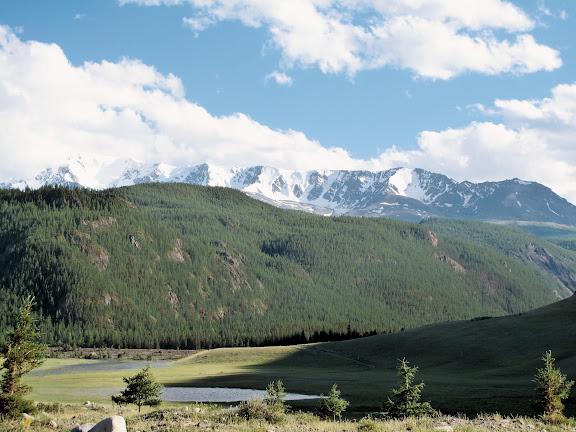 Les Monts Yuzhno-Chuiskij depuis la vallée d'Ak-Tru : à gauche, le Pic Coupole (3500 m) ; le 10 juillet 2010. Photo : J. Marquet