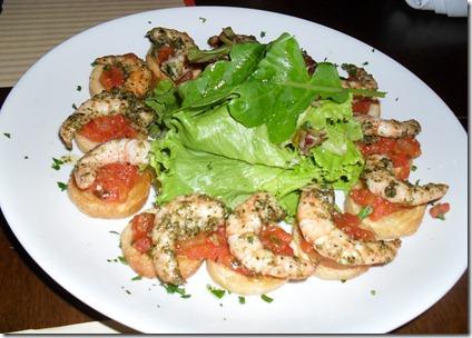 Bruschetta de camarão com mix de folhas