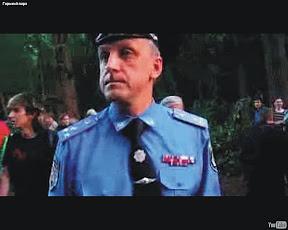 Около 4.00. Александр Баранник, руководитель городского управления милиции, наблюдает за разгоном активистов